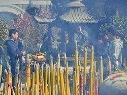 Quemando incienso en el Monasterio de Po Lin