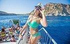 Chica disfrutando de una fiesta en barco