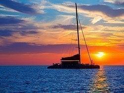 Catamarán al atardecer