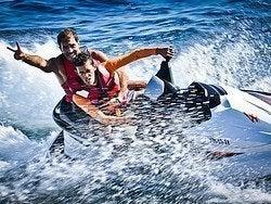 Moto de agua durante la fiesta en catamarán