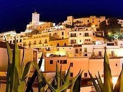 La ciudad de Ibiza al anochecer