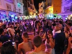 Disfrutando del ambiente del puerto de Ibiza