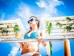 Chica en el reservado de una Boat Party