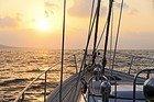 Passeando de veleiro ao entardecer