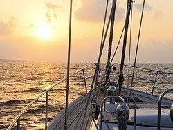 Paseando en velero al atardecer
