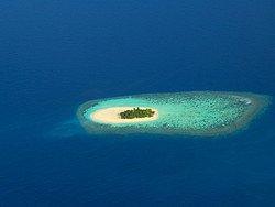 Isla desierta vista desde el cielo