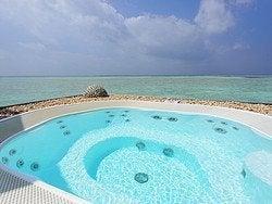 Jacuzzi en las Water Villas del hotel Conrad