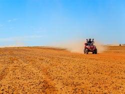 Recorriendo el desierto de Agafay en quad