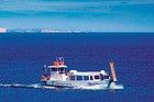 Barco recorriendo el norte de Menorca