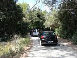 Coche de alquiler en Menorca camino a una cala
