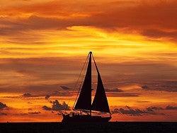 Navegando a vela al atardecer