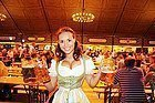 Oktoberfest, camarera con traje tradicional bávaro