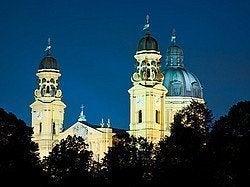Iglesia de los Teatinos al anochecer