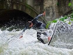 Haciendo surf en el Englischer Garten