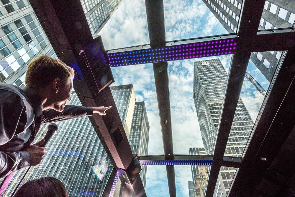 Admirando los rascacielos desde el bus