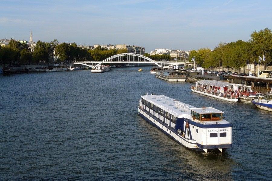 Barco recorriendo el Sena