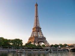 Pasando frente a la Torre Eiffel
