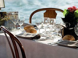Comiendo en un barco por el Sena