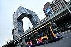 Autobus en Pekín junto a la Sede de la Televisión China