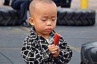 Niño degustando una salchicha