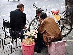Jugando al Mahjong en la calle