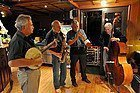 Musicos durante el crucero en barco