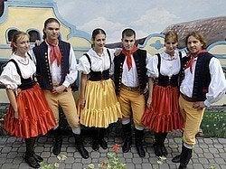 Bailarines con trajes típicos