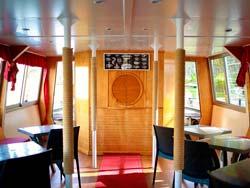Interior del barco turístico