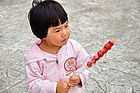Probando las famosas manzanas de caramelo de Shanghai
