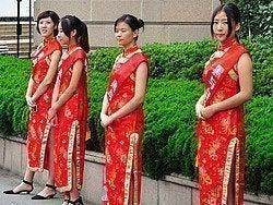 Azafatas junto al Museo de Arte de Shanghái