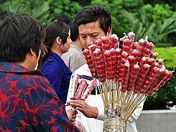 Vendedor ambulante de manzanas de caramelo