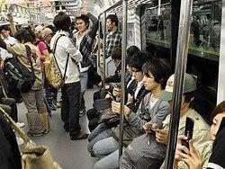 Metro de Tokio, adictos al móvil