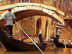 Gondoleros por los canales de Venecia