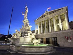 Parlamento austriaco al anochecer