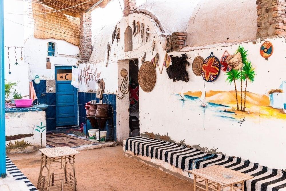 Casa colorida del pueblo nubio