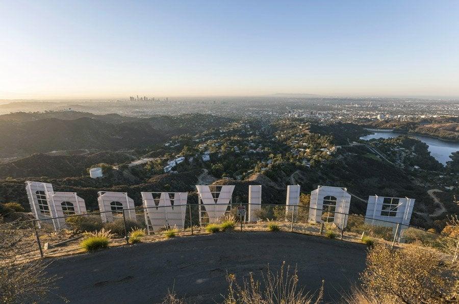 Junto al cartel de Hollywood