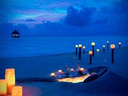 Disfrutando de una cena privada en la playa