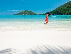 Disfrutando de un playa de Seychelles