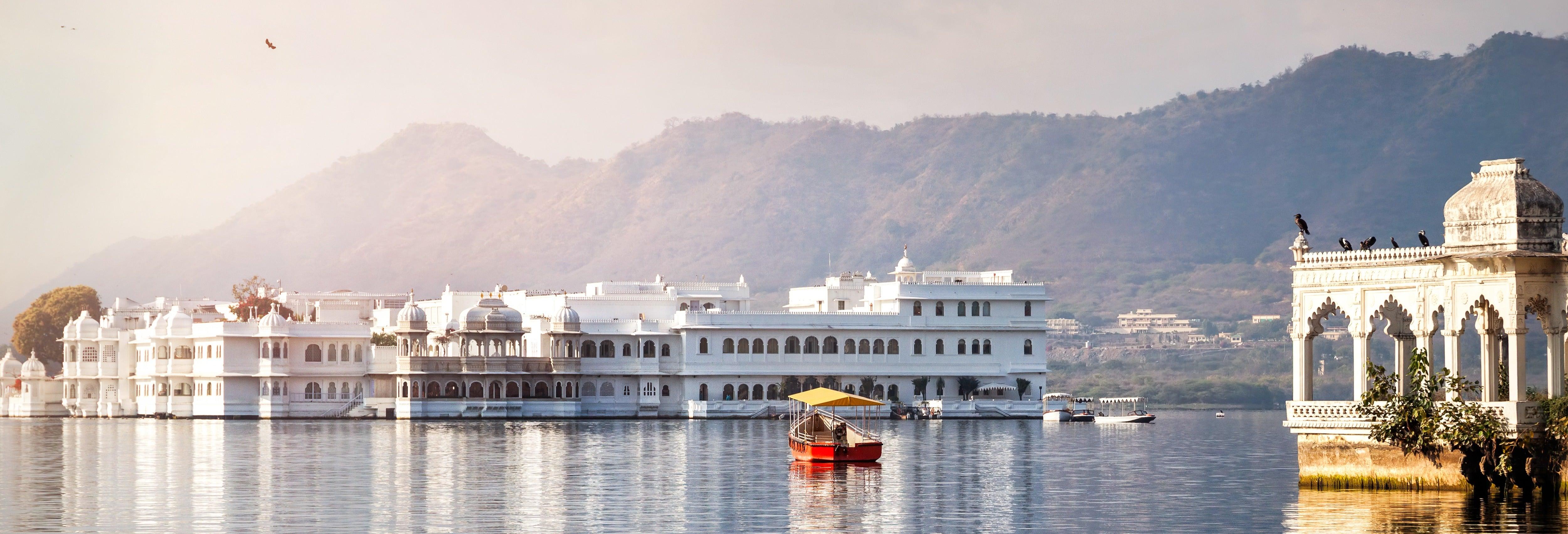 Tour por los ghats y paseo en barco por el lago Pichola