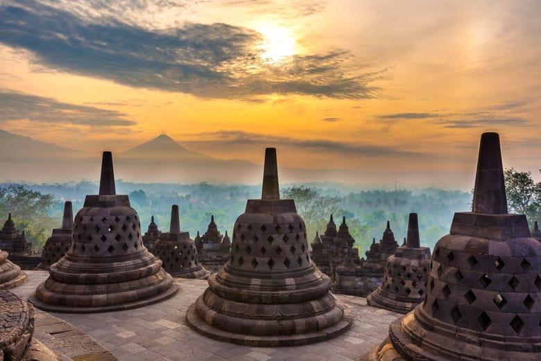 Kunjungi Candi Borobudur dengan Layanan Sewa Hiace Yogyakarta