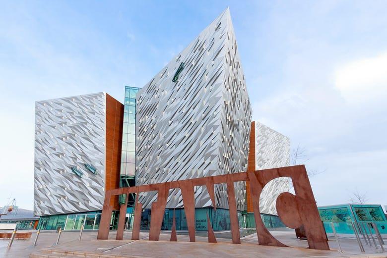 ,Excursión a Calzada del Gigante,Giant's Causeway,Excursión a Belfast,Excursion to Belfast,Con visita a La Calzada de los Gigantes