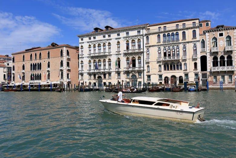 Transporte en watertaxi entre el aeropuerto y Venecia
