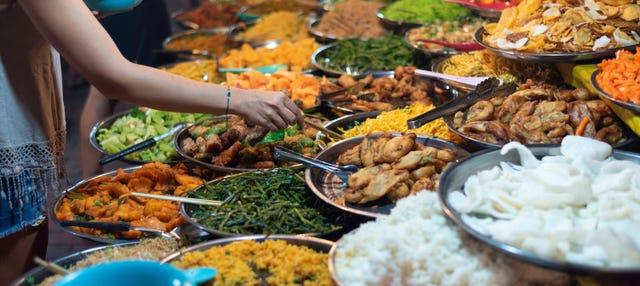 Clase de cocina laosiana con comida