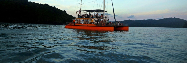 Fiesta en barco al atardecer