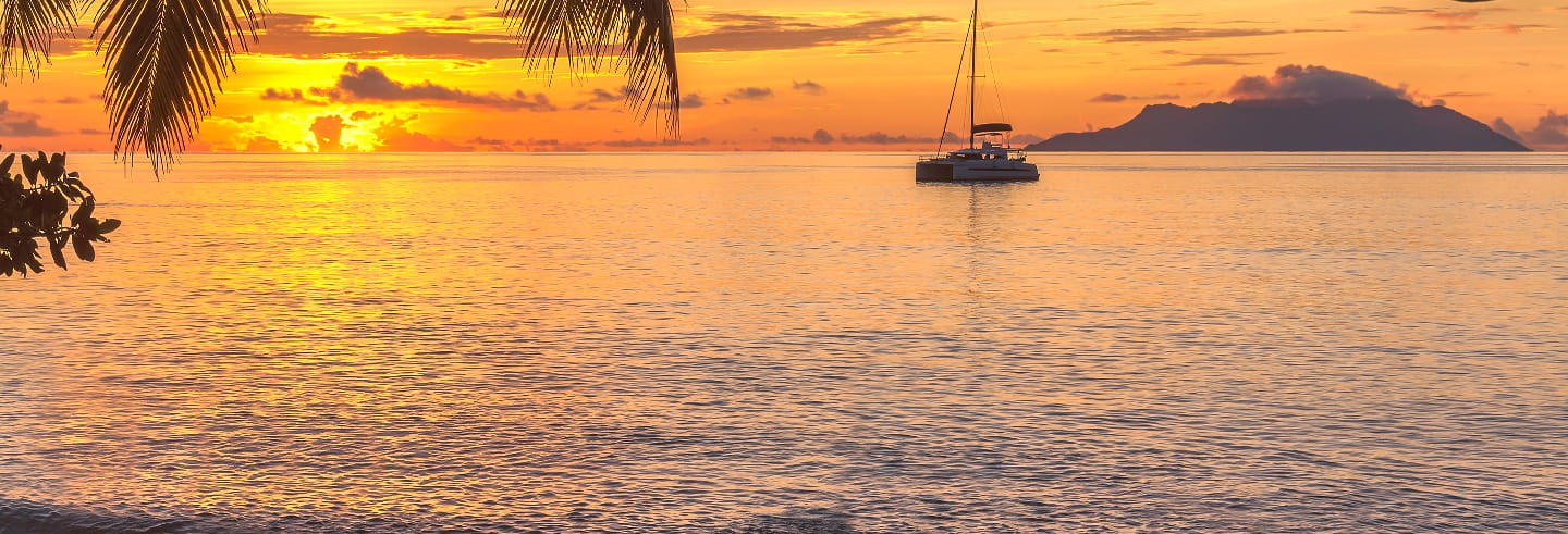 Paseo privado en barco al atardecer