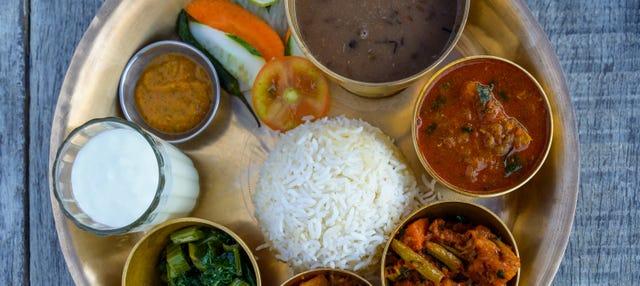 Clase de cocina y comida con una familia nepalí