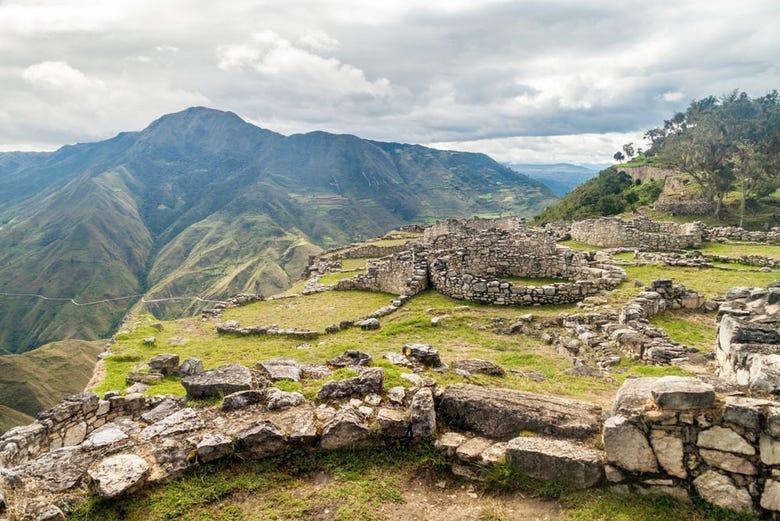 https://cdn.civitatis.com/peru/chachapoyas/galeria/ruinas-kuelap.jpg