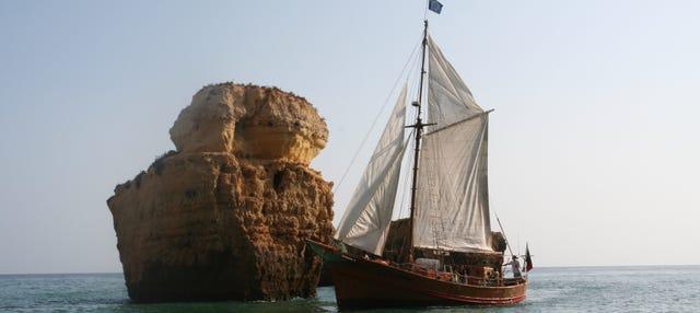 Paseo en barco pirata al atardecer