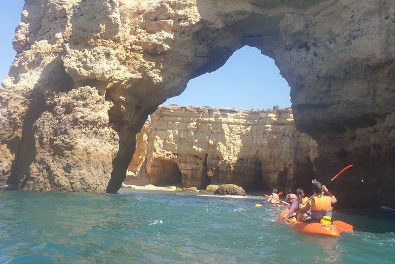 Excursion aux grottes d'Armação de Pêra en kayak
