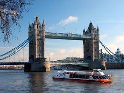 En naviguant à côté de la Tour de Londres